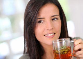 zioła na płodność, kobieta pije herbatkę ziołową