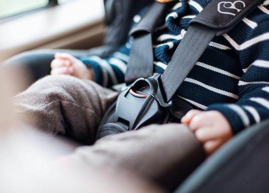 Źle zapięty fotelik samochodowy to poważne zagrożenie dla dziecka