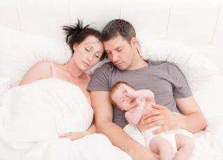 zmęczeni rodzice niemowlaka