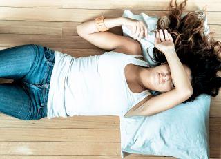 Zmęczona kobieta, odpoczynek, relaks