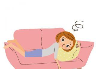 Zmęczona mama leży na kanapie