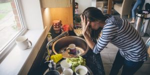 Zmęczona mama zajmuje się domem i dziećmi
