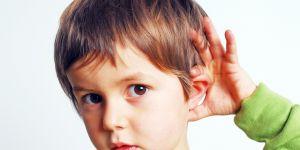zmysł-słuchu-zabawy- chłopiec