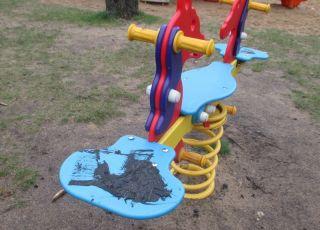 zniszczony plac zabaw