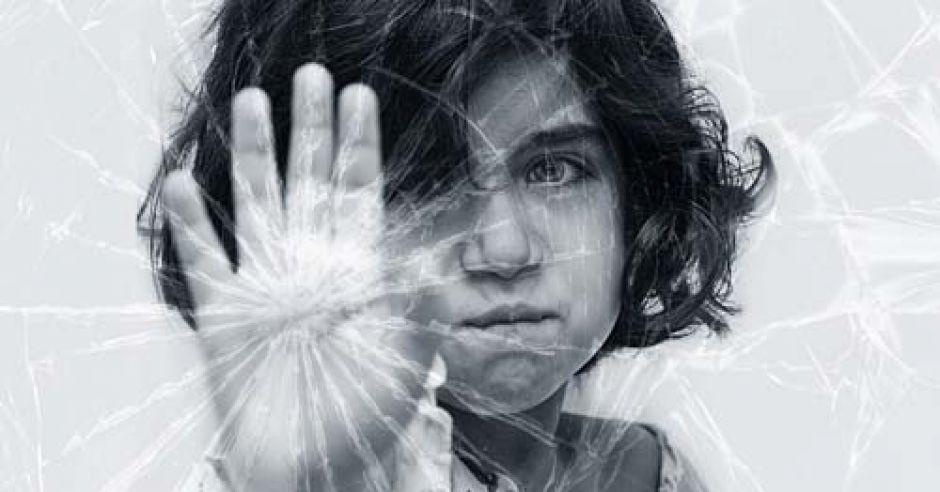 złość, bunt, dziecko, dziewczynka, przedszkolak, pęknięta szyba