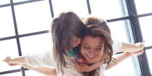 zrelaksowana wyluzowana mama z dzieckiem