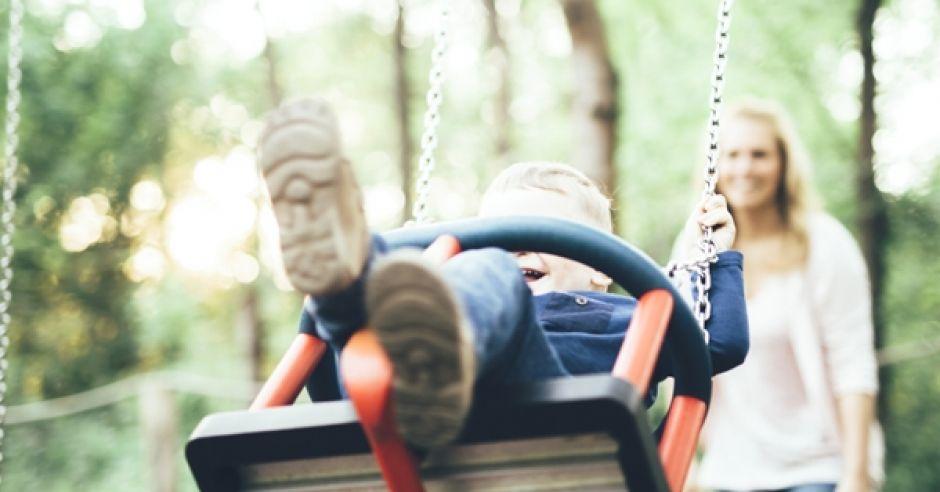Zwracanie uwagi dziecku przez inne mamy na placu zabaw
