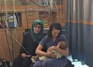 Żydowska pielęgniarka karmiąca piersią dziecko palestyńskiej matki